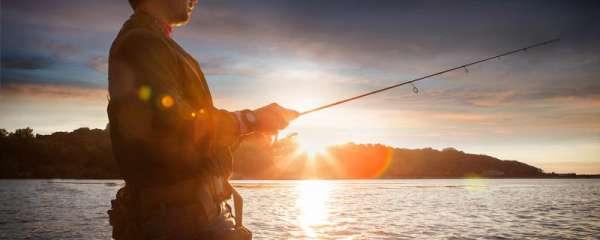 钓鲈鱼用什么假饵,用什么路亚竿