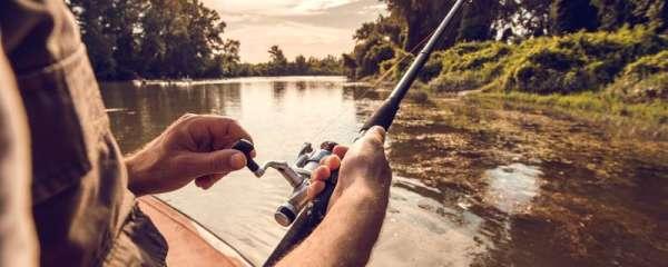 晚上钓鱼钓底还是半水,钓多远合适